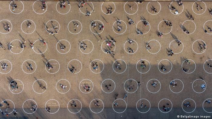 U gradu Gentu u Belgiji ovako pokušavaju da održe distancu između ljudi. Na trgu Svetog Petra u centru grada nacrtani su krugovi prečnika 6 metara. U njima je dozvoljeno da budu do 4 osobe.