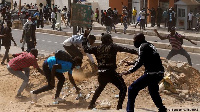 Des partisans d'Ousmane Sonko manifestent