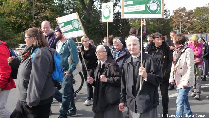 Ordensschwestern des Ordens Oberzell mit Protestplakaten beim der Klimastreik 2019 in Würzburg