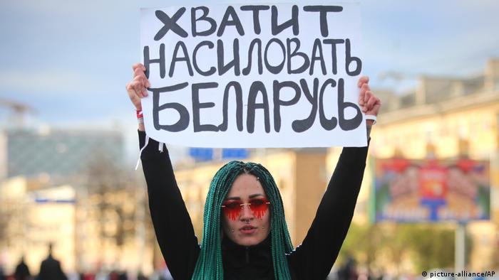 Участница протестов в Минске с плакатом: Хватит насиловать Беларусь