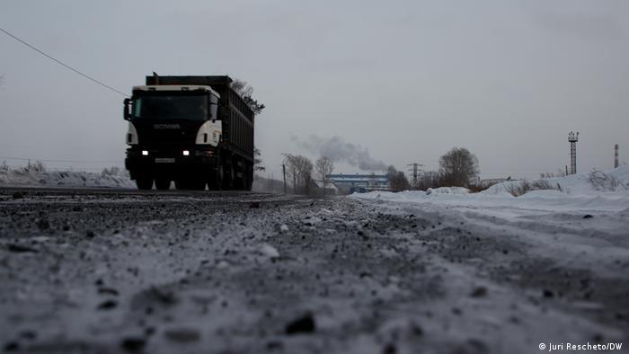 Russland schwarzer Schnee in Kissiljowsk