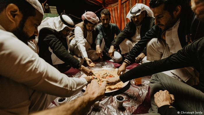تصاویر از کتاب خبرنگار آلمانی، استفان اورت درباره سفر به عربستان سعودی با نام کاوچ سرفینگ در عربستان، سفر من به کشوری میان قرون وسطی و آینده
