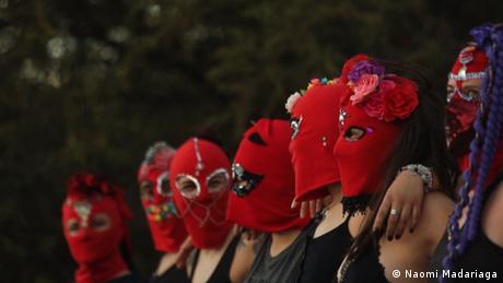 DW Kultur.21 | Tanzkollektiv Baila Capucha Baila mit den typischen roten Sturmhauben