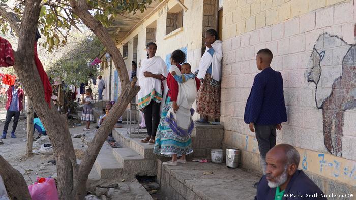 Ethiopian IDPs outside a shelter.