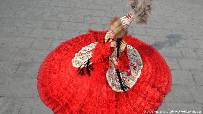 """Kirgistan obeležava Dan nacionalne zastave """"Ak-kalpak"""". Na centralnom trgu u glavnom gradu Biškeku je i ova devojka u tradicionalnoj nošnji."""