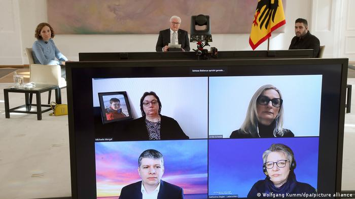 شتاينماير يتحدث مع بعض ذوي أشخاص توفوا جراء فيروس كورونا، بعضهم كان يتحدث إلى الرئيس الألماني عبر تقنية الفيديو