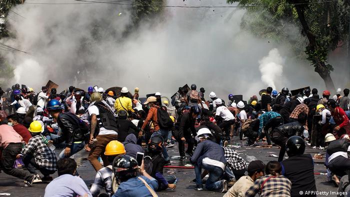 Las fuerzas de seguridad atacaron nuevamente a los manifestantes con gases lacrimógenos y balas de goma.Mandalay.
