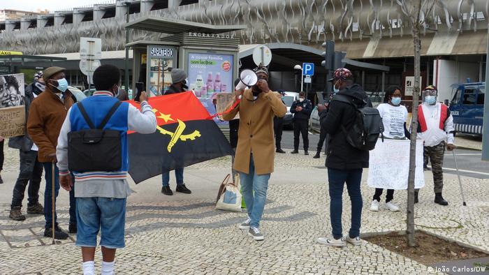 Protesto organizado pela Associação A Voz de Angola na Europa frente à Embaixada de Angola em Lisboa