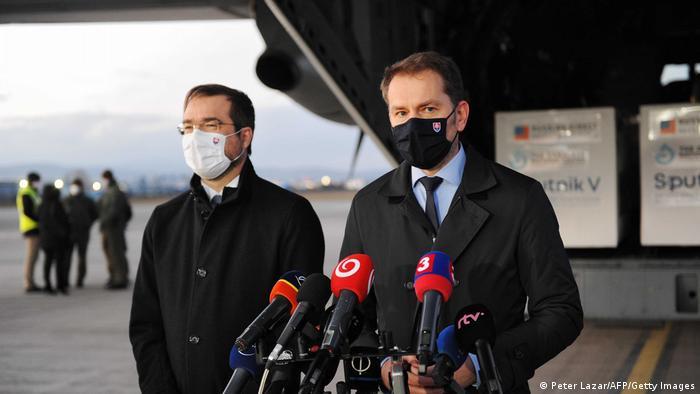 Премьер Словакии Игорь Матович и глава Минздрава Марек Крайчи на аэродроме в Кошице