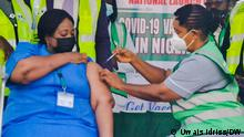 Nigeria Covid-19 Impfung in Abuja. Dr Eragbai Faith Nursing Officer being immunized with covid 19. Foto: Uwais Idriss/DW 5.3.2021