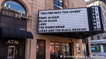 Надпись С возвращением, поклонники кино на здании кинотеатра в Нью-Йорке