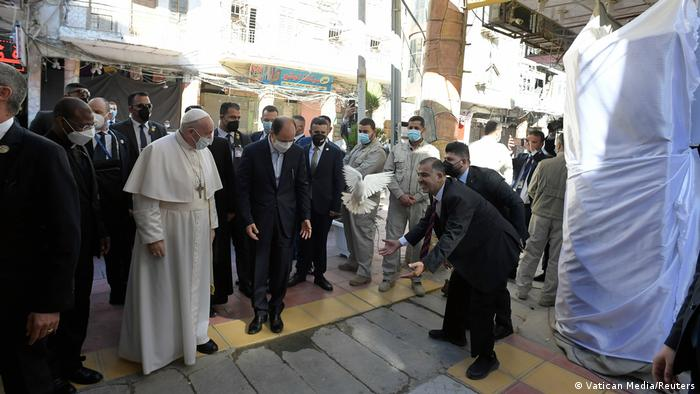 Pope Francis welcomed by a group of Iraqis at Al-Sistani's home