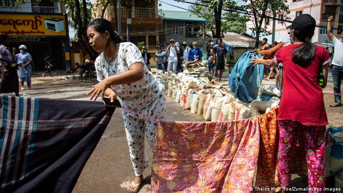 Los manifestantes están utilizando un medio muy inusual: las tradicionales faldas de mujer. La creencia popular dice que estas faldas pueden debilitar la fuerza de los hombres.