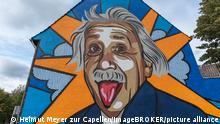 Deutschland | Graffiti von Albert Einstein an einer Hauswand von der Firma lackaffen