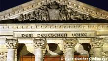 Deutschland Schriftzug Dem Deutschen Volke am beleuchteten Reichstag in Berlin
