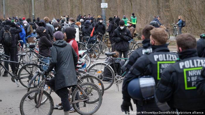 Fahrradfahrer blockieren eine Straße auf der Korsoroute in Leipzig