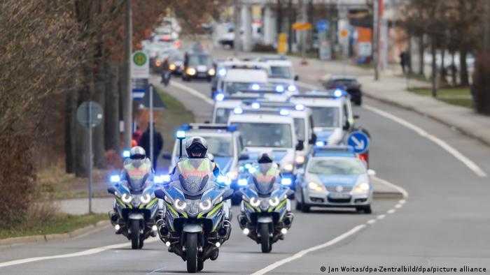 Ein großes Polizeiaufgebot sichert einen Autokorso von Kritikern der Corona-Maßnahmen