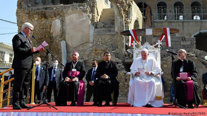 پاپ فرانسیس در کنار ویرانه کلیسایی در موصل برای قربانیان جنگ در عراق دعا کرد.