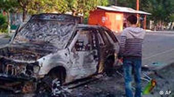 ماشینی به آتش کشیده شده در شهر اوش