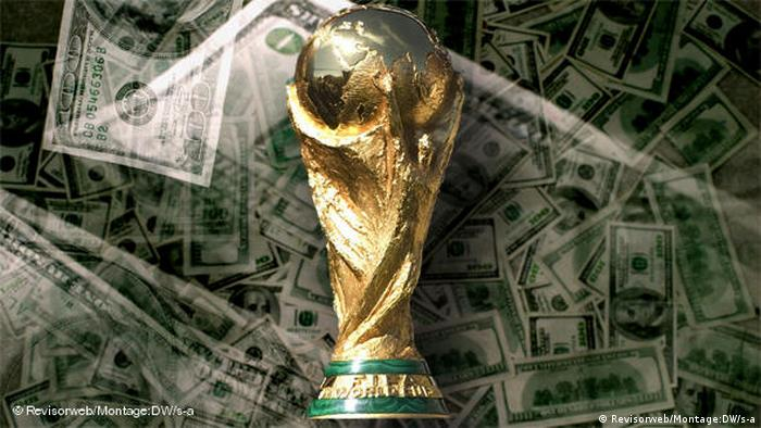 Кубок мира по футболу на фоне денежных купюр