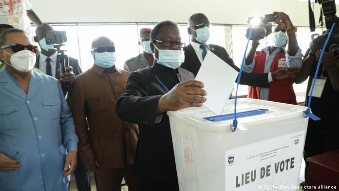 Former President Henri Konan Bedie casts his vote