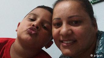 Ambulante Aparecida Vieira da Silva e o filho