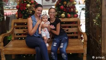 Vanessa Macedo da Silva com as filhas