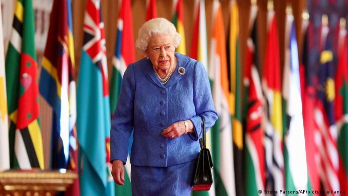 Königin Elizabeth II. vor einem Fahnenmeer