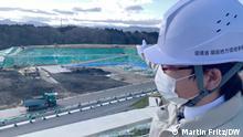 Takahiro Hasegawa, Vizedirektor des Zwischenlagers für die Überreste der Dekontaminierung von Fukushima. Wir dichten die Grube mit einer siebenfachen Plastikfolie ab, damit keine radioaktiven Stoffe ins Grundwasser gelangen. Foto: DW/Martin Fritz Datum: 24.02.2021
