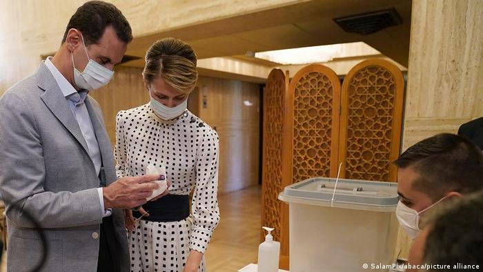 الرئيس السوري بشار الأسد وزوجته أسماء خلال إدلائهما بصوتيهما في انتخابات مجلس الشعب.