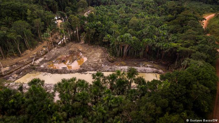 Imagem aérea de garimpo montado às margens da Rodovia Transamazônica (BR-230) no município de Jacareacanga/PA