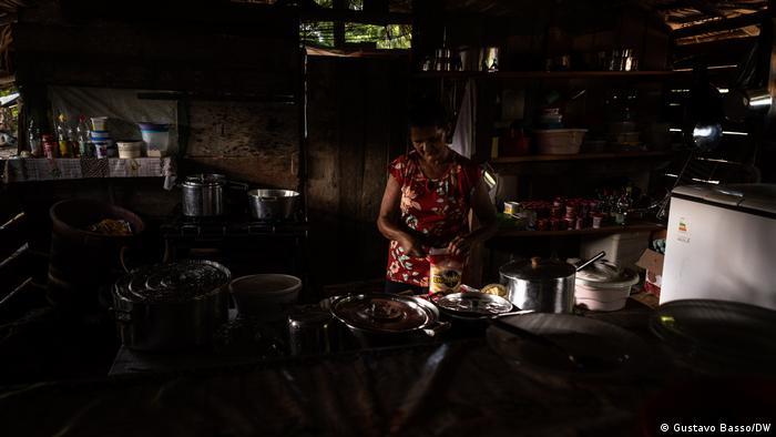 Cozinheira prepara refeição em barraco montado em garimpo de ouro na região da Floresta Nacional do Crepori