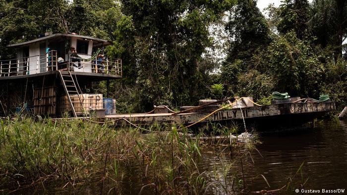 Balsa transporta combustível e outros itens em igarapé às margens de Jacareacanga/PA