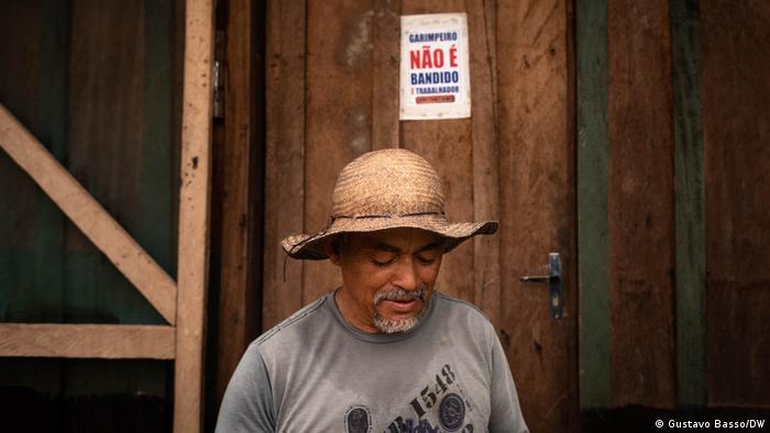 Garimpeiro no Pará diante de placa com os dizeres: Garimpeiro não é bandido