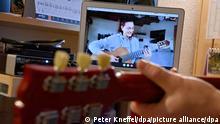 Ein Gitarrenlehrer gibt von seinem Arbeitszimmer aus einer Schülerin Unterricht via Online-Videokonferenz. Während der Corona-Zeit greifen wieder mehr Menschen zur Gitarre. (Zu dpa: Ein paar Akkorde gegen den Lockdown-Blues - Die Gitarre kehrt zurück) +++ dpa-Bildfunk +++