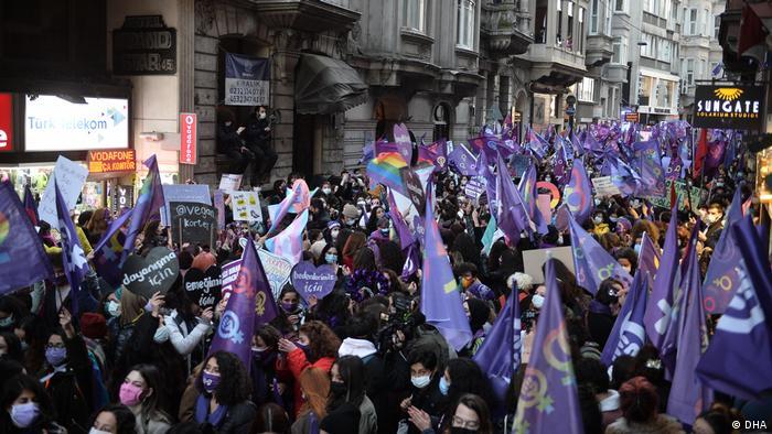 Polis, İstiklal Caddesi'nde Feminist Gece Yürüyüşü'ne izin vermedi