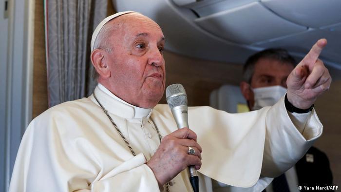 Papst Franziskus gibt nach einem Besuch im Irak eine Pressekonferenz an Bord eines päpstlichen Flugzeugs