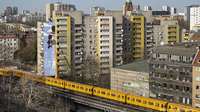Painel em homenagem a Marielle Franco, com a cidade de Berlim em pespectiva