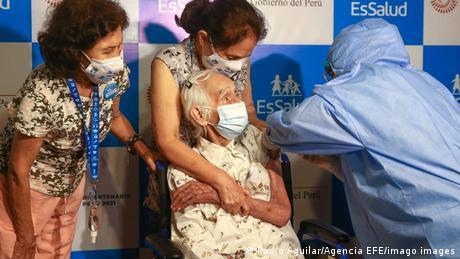 María Eudocacia Araya recibió en su casa la primera dosis de Pfizer/BioNTech en el inicio de la vacunación de adultos mayores en Perú.