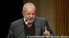 Lula Da Silva hinter zwei Mikrofonen