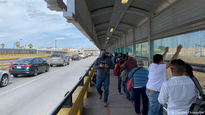 Pessoas cruzam ponte que liga Matamoros, no México, a Brownsville, nos EUA.