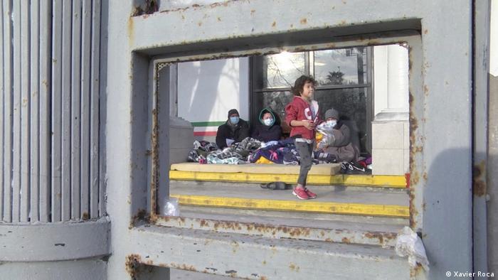 Familia de migrantes en una calle mexicana