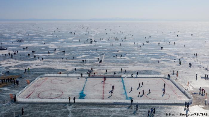 Bajkalsko jezero u Sibiru je najdublje na svetu i sadrži preko 20 odsto sveže vode na svetu. Ali tu ima i mnogo problema: reke koje se ulivaju u jezero su zagađene, krče se šume na obalama. Da bi skrenuo pažnju na to, ruski hokejaš Vjačeslav Fetisov, zajedno sa UN, organizovao je meč na zamrznutom jezeru.