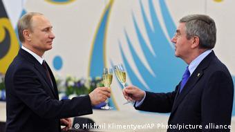 Бах и Путин чокаются бокалами с шампанским