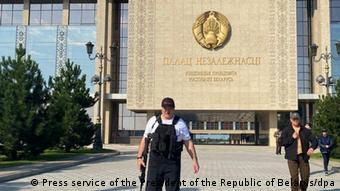 Лукашенко с автоматом у дворца Независимости