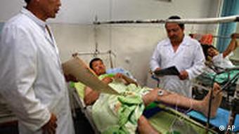 پزشک در حال صحبت با قرقیزی که در درگیریهای روز یکشنبه در اوش مجروح شده است