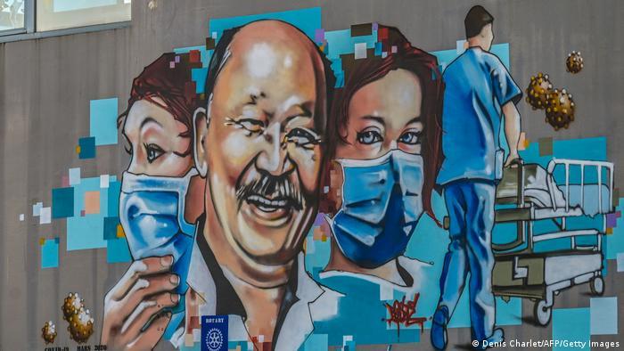 دیوارنگارهای از دکتر ژان ژاک رازافیندرانازی به همراه کادر درمان بر روی دیوار یک بیمارستان. این پزشک بازنشسته با اصلیت ماداگاسکاری در اولین موج کرونا در فرانسه برای کمک به همکارانش پیوست. او اولین قربانی کرونا در میان کادر پزشکی فرانسه است.