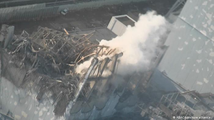 Eine Rauchsäule steigt aus Trümmern auf