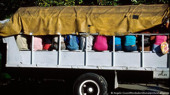 Medio de transporte colectivo en zonas rurales y ciudades del interior de la isla.