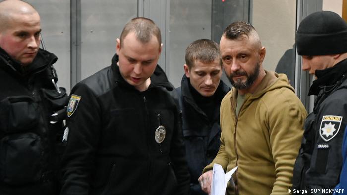 Андрій Антоненко у супроводі поліції